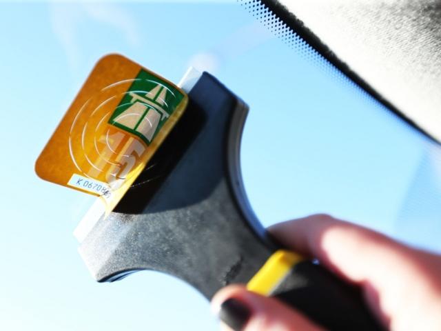 5 безопасных способов снять наклейку со стекла автомобиля