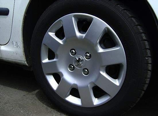 Как выбрать и надёжно закрепить колпаки на колёсах? Типы и 3 способа крепления