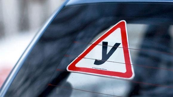 Знак «Начинающий водитель» на автомобиле: требования, ответственность, ПДД 2018